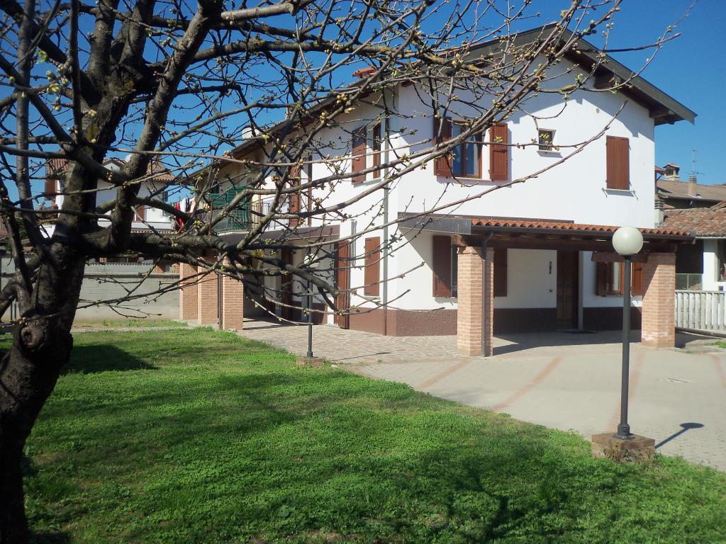 Casa semi indipendente libera ai 3 lati con ampio giardino for Piani casa ranch con 3 box auto