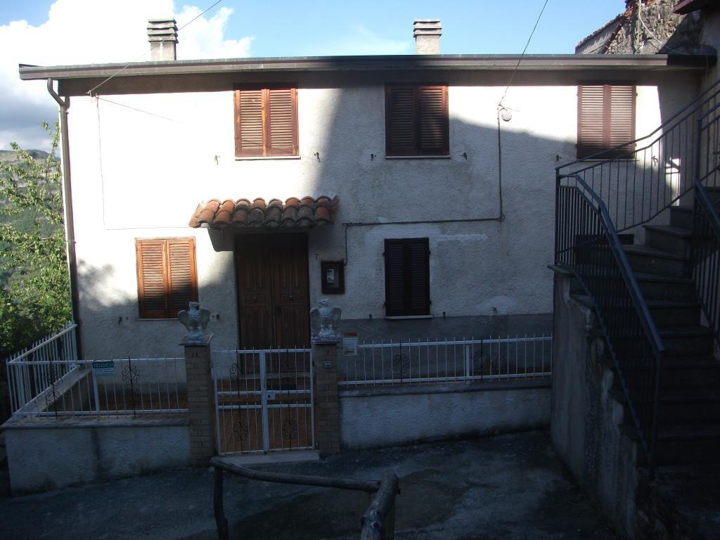 Fabbricato adibito a civile abitazione vendita porzione for Case con 4 camere da letto con seminterrato finito in vendita