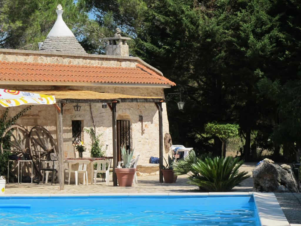 Trullo in villa con piscina privata e giardino casa for Case in affitto a brindisi arredate