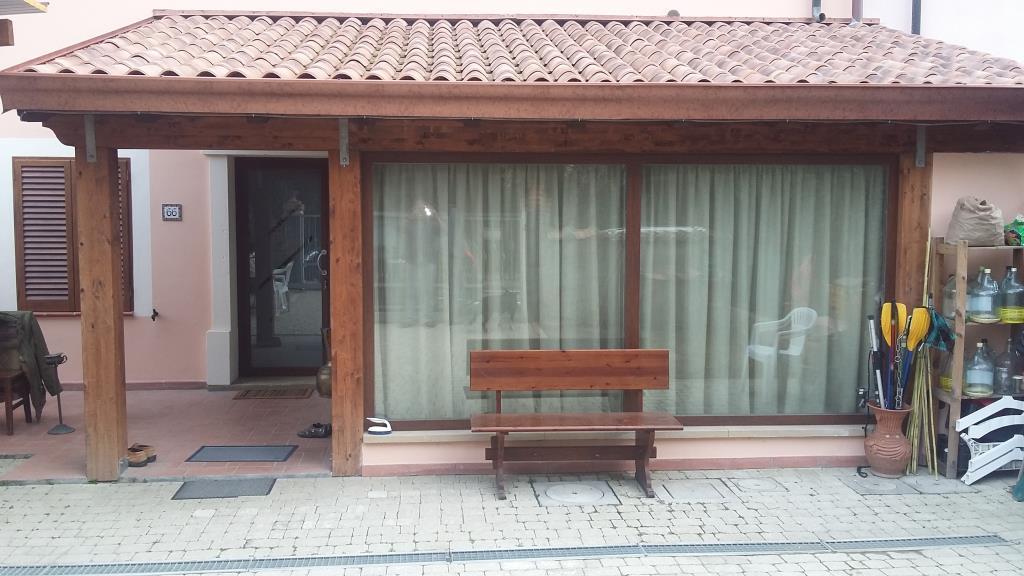 Villetta di 6 vani indipendente con garage e giardino for Piani casa bungalow con cantina e garage