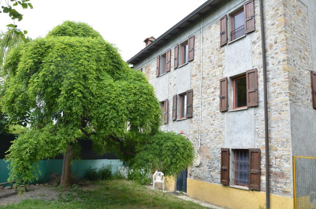 Rustico in sasso con giardino colline di parma vendita for Piani casa fienile rustico