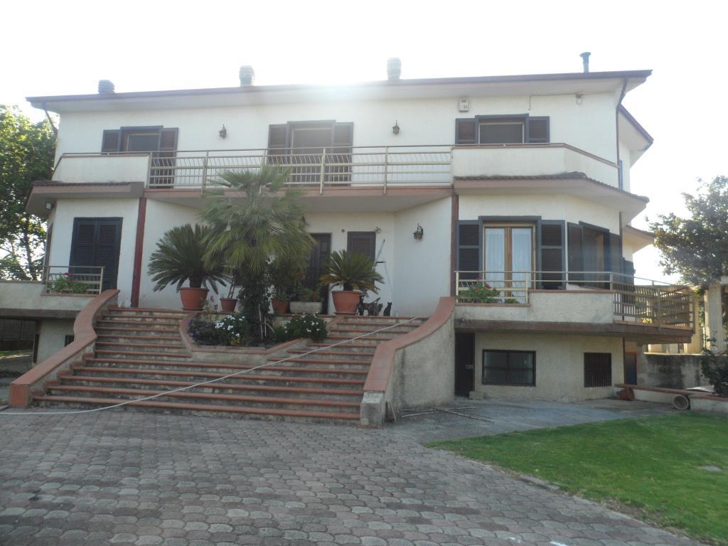 Villa con 4000 mq giardino e piscina vendita villa da for Piani di casa con campo sportivo al coperto