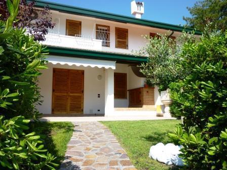 Villetta a schiera in villaggio vendita porzione di casa for Piani di casa del fienile con 4 camere da letto