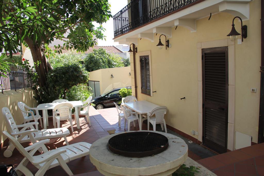 Casa in villa a due passi dal mare sullo stretto di for Artigiani piani casa fresca