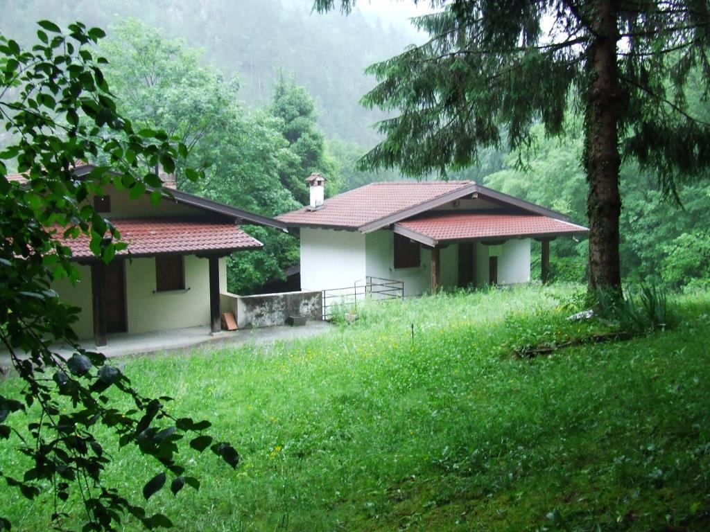 Casa ristrutturata con 2800 mq di terreno vendita casa for Piani casa 2 camere da letto piano piano aperto