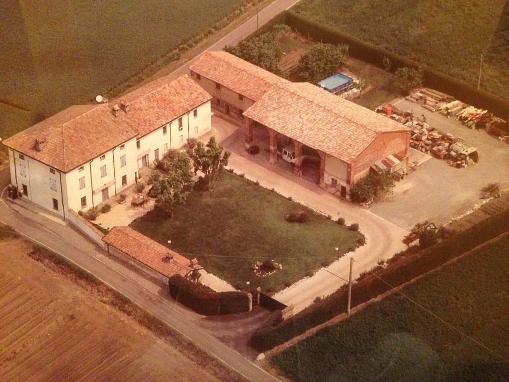 Casa di lusso zona caorso nella pianura piacentina for Piani di casa con campo sportivo al coperto