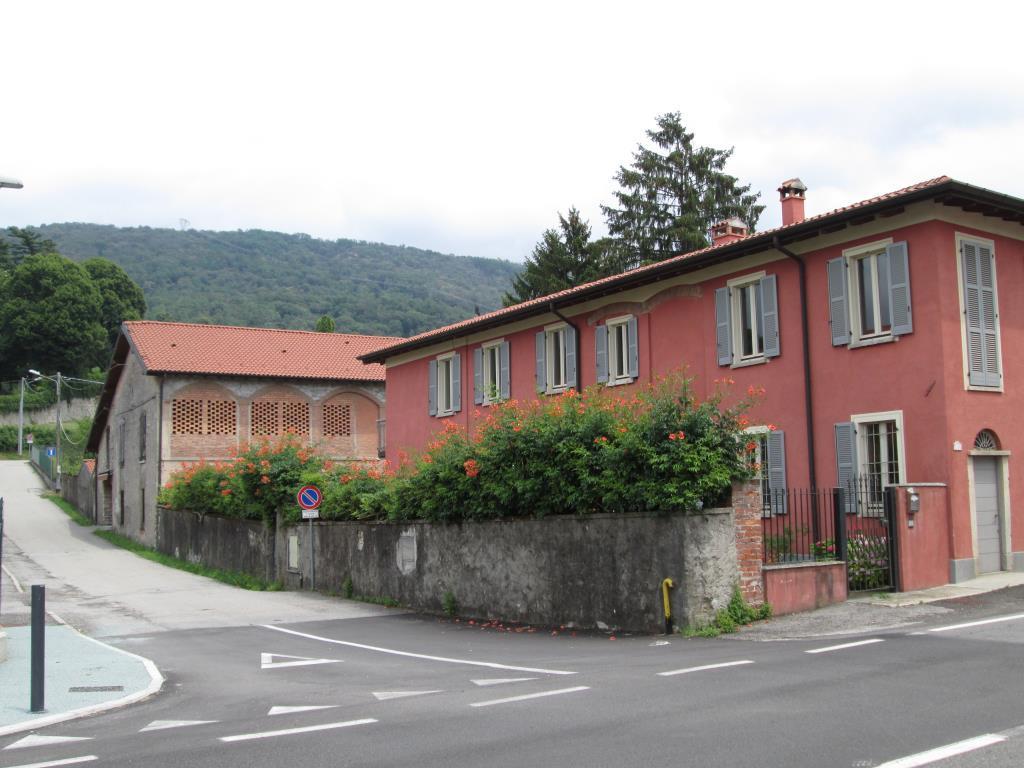 Complesso immobiliare composto da 2 immobili e 5000mq for Piani di casa da 5000 piedi quadrati