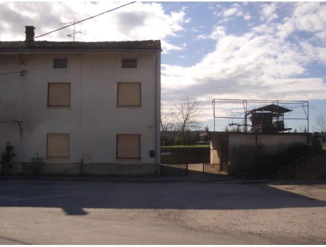 Casa con giardino garage e piazzale per eur for 3 piani di garage per auto con alloggi